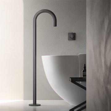 Hotbath Cobber vrijstaande baduitloop 106 cm hoog met gebogen uitloop van 22,5 cm, geborsteld messing pvd